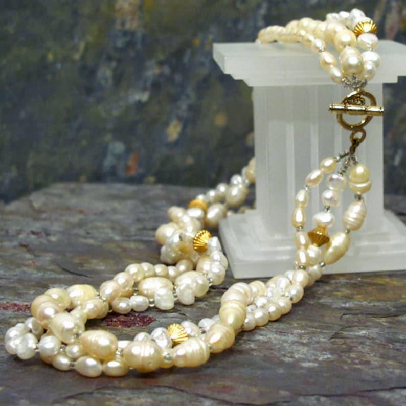 567d931f2f59 Crema perla Torsade collar 3 hilos de perlas de agua dulce