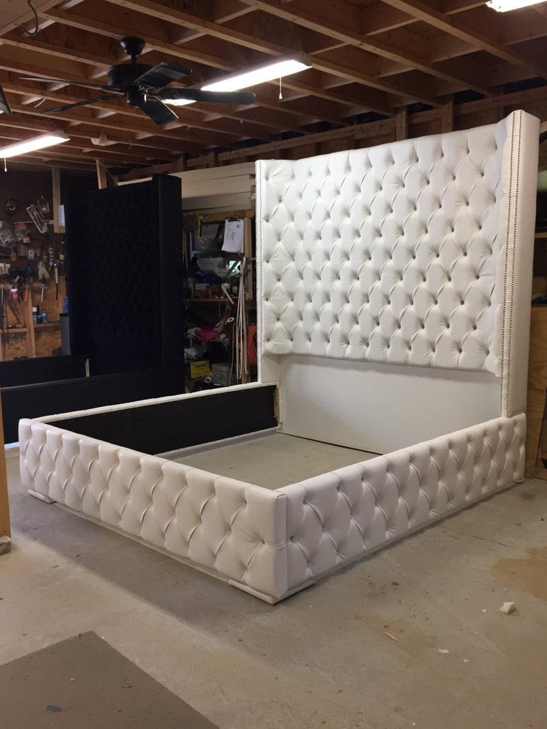FRAIS de port blanc King Size tuftés lit luxueux Wingback tufté lit lit  blanc avec des meubles de chambre à coucher têtes de clous Nickel