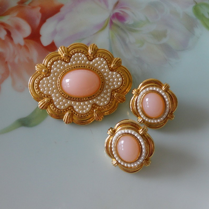 Vintage Avon 1988 Victorian Spring COMPLETE Set Pink Cabochon /& Seed Pearls Brooch Pin Matching Pierced Earrings Lovely Estate Set