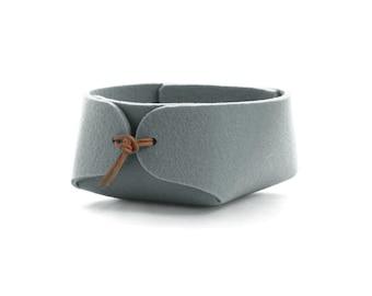 Bathroom organizer in wool felt - Slate gray felt bowl with leather strap closure - jewelry organizer