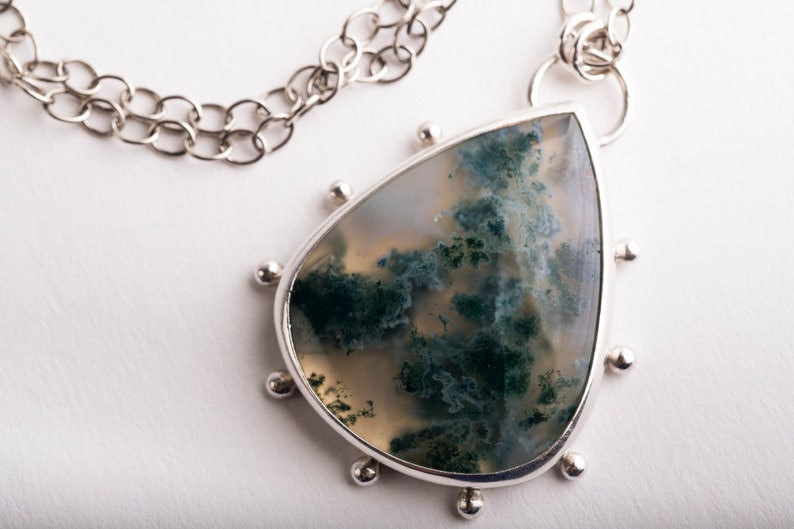 ab1b687ceadf Collar de ágata musgo Hailey con Halo de gránulos de plata