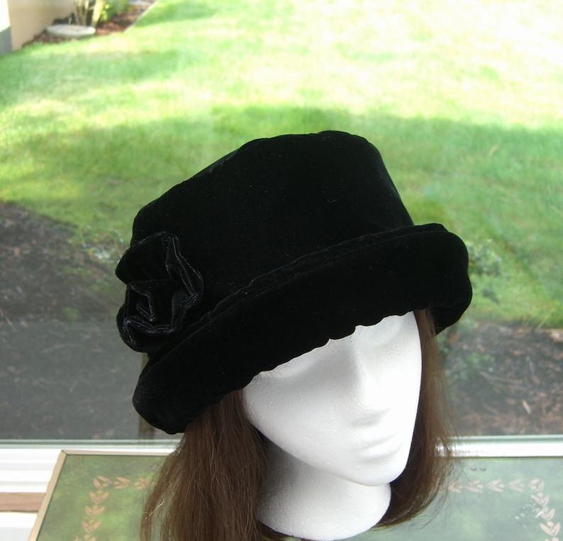 Cappello di velluto nero ricco con velluto rosa cappello da  7cbb8b04a08c