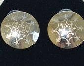 Pretty Vintage Gold tone Fleur de Lis Round Pierced Earrings (Z9)