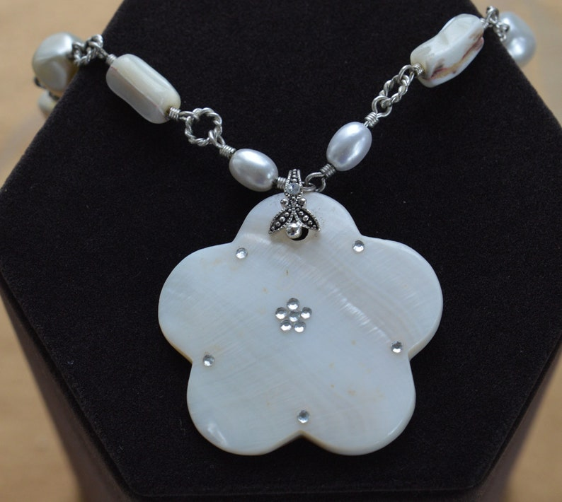 W13 Vintage Faux Pearl Floral Pendant Necklace Silver tone Mother of Pearl