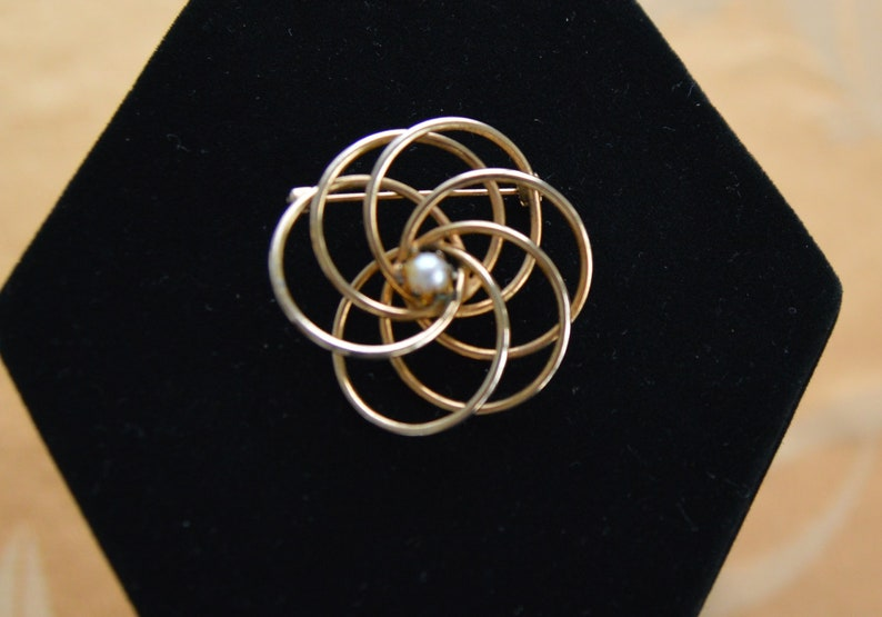 Faux Pearl Brooch Lovely Classic Gold tone