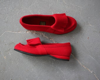 vintage 1950s slippers / 50s Daniel Green slippers / 50s red wool felt slippers / 50s loafers  / size 6 size 6.5