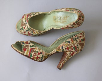 vintage 1950s heels / 50s tapestry pumps / 50s peep toe heel / novelty print 50s baby doll shoes / 1950s babydoll heels / Egyptian / size 8