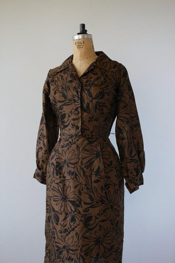 1950s vintage dress / 50s brown black floral prin… - image 3