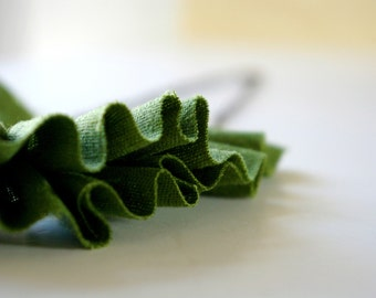 Linen ruffle necklace in forest green.