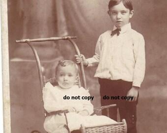 Big Brother und süßes Kleinkind Mädchen, Schrank-Karte Foto, antike Fotografie, Vintage-Fotografie, Weiden Kinderwagen