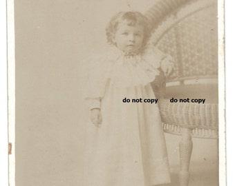 Süßes Kleinkind in Phantasie weißes Kleid, Schrank-Karte Foto, antike Fotografie, Vintage-Fotografie, Korbstuhl, möglich post mortem Foto