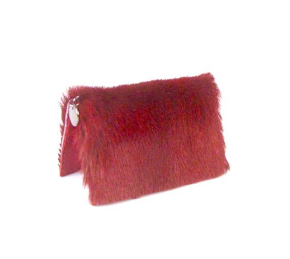 Pochette en fourrure rouge