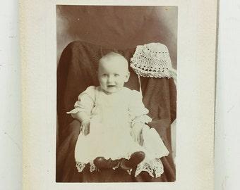 49f867f63421 Portrait de bébé doux en dentelle avec Bonnet en Crochet, carte Photo  victorien fonder famille