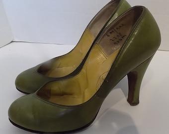 8b5ff2d8fb8 Vintage 40s 50s Olive Green Leather Round Toe High Heel Shoes La Vogue 6  Medium