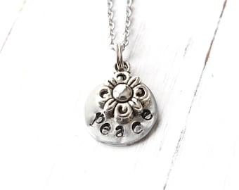Collier Peace, estampillé collier, fleurs et la paix des bijoux, bijoux de fleurs à la main, cadeau pour fille, faire une déclaration