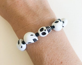 halloween skull stretchy bracelet, black and white beaded stretch bracelet, spooky season costume jewelry, chunky stacking bracelet