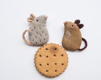 Friendship Mice mini embroidered brooch pins - Dash and Scruff