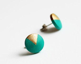 Emerald green wooden studs with triangle motif, little gift for her, geometric jewelry, sustainable gifts
