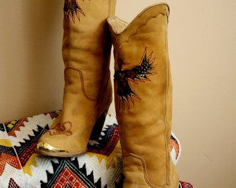Vtg EAGLE Boots Rich Tan Color With Inlaid Feathers and Beatuful Details.. Womens Stacked Heel