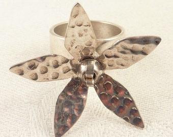 SALE ---- Size 7.5 Vintage Hammered Sterling Spinning Flower Ring