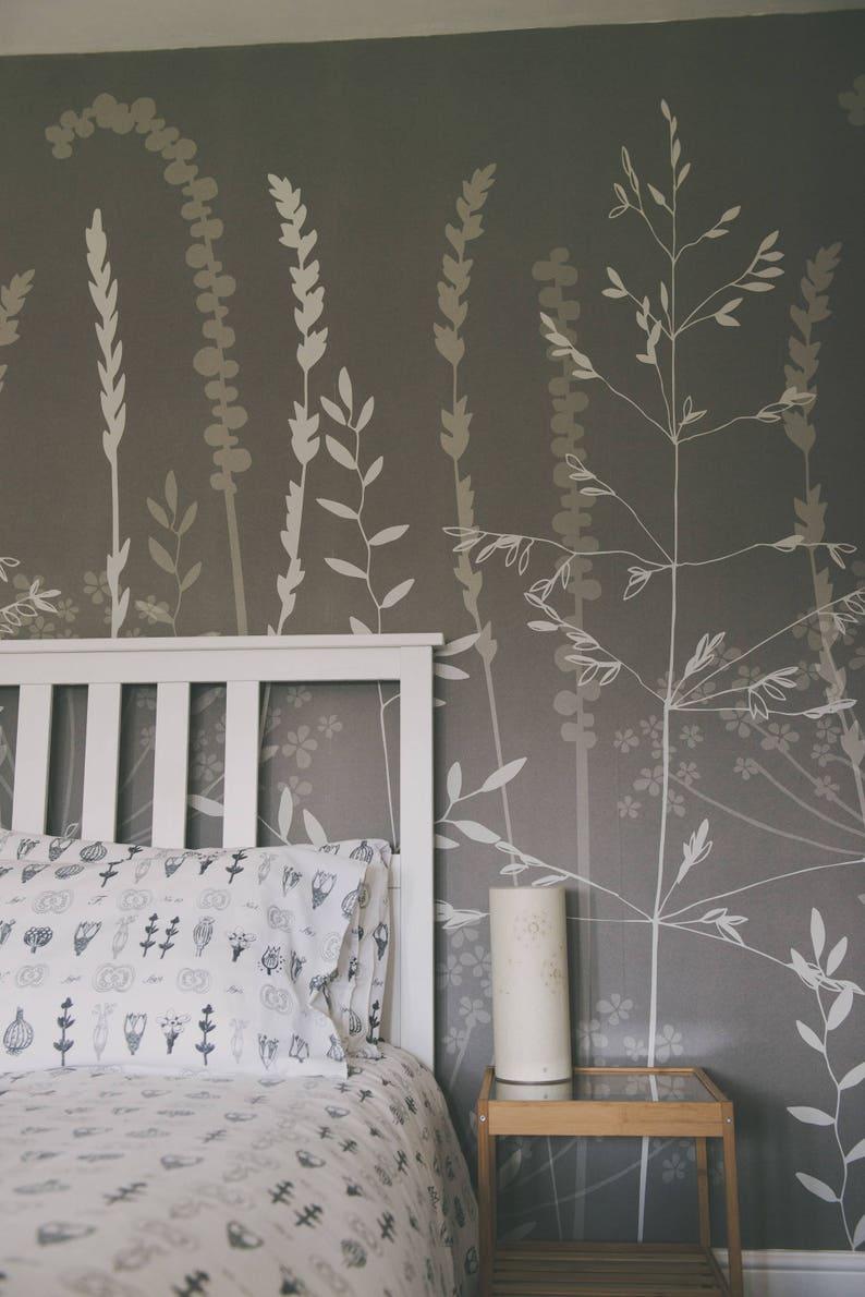 Le Papier Peint Est Il Recyclable argent gris botanique floral boisé papier peint mural / / dans les hautes  herbes en « argent » par hannah nunn