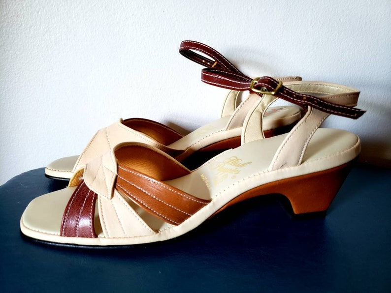 a21146b0966 1970s Hush Puppies Faux Brown Leather Strappy Sandals Size 8N