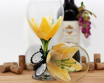 Stargazer lily, yellow painted wine glass, flower wine glass, personalized, gift, wine goblet, birthday wine glass, yellow wine glass