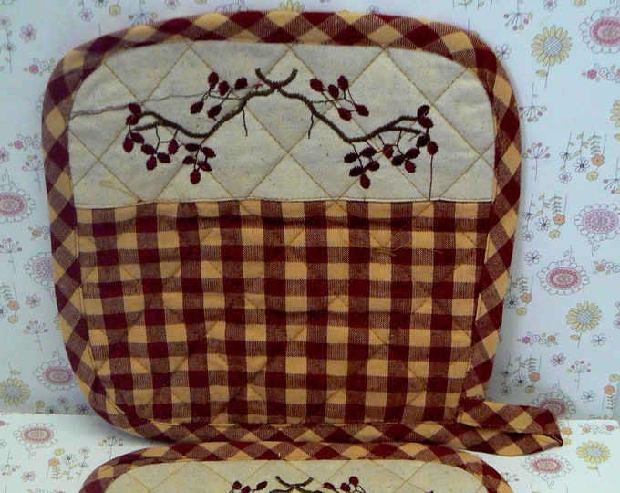 Primitive Country Pot Holder Pair of Berry Pip Twig Cranberry and Cream Checked Pot Holders
