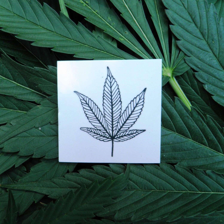 73b9df878 Tatuaje temporal de hoja de marihuana de CannaTats negro