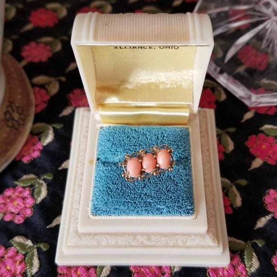 Vintage estate mid century 10k gold three peach coral cabochon diagonally set ring, size 6