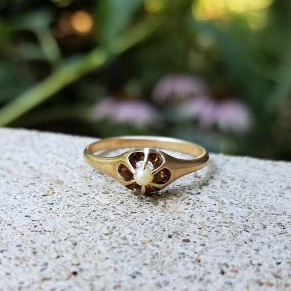 Antique Victorian 10k gold Belcher set seed pearl solitaire ring, size 7-1/2