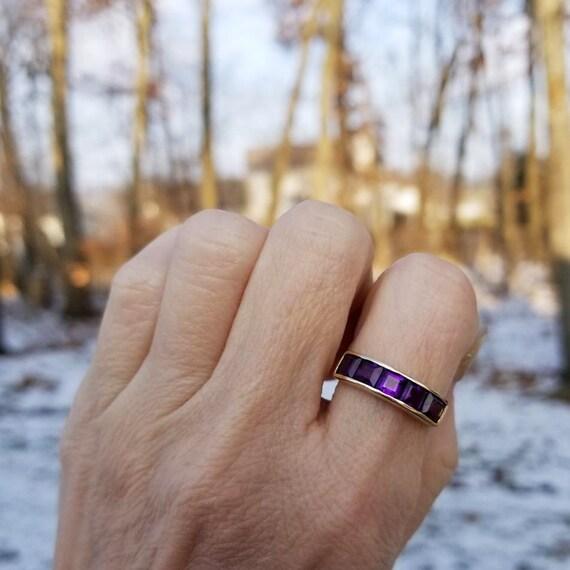 Beautiful 10k gold square cut channel set purple amethyst band ring, size 7