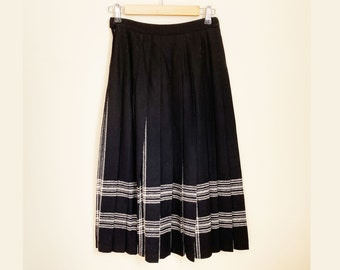Pendleton Wool Hidden Plaid Pleated Skirt/ Petite size 4 / Black w White Stipres and Plaid Between the Pleates/ Great Colors and Condition