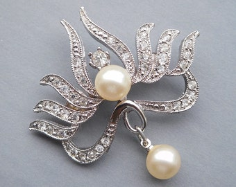 1960s clear rhinestone and pearl signed Hobe/' brooch Prong set Secure clasp Excellent shape. Very clean