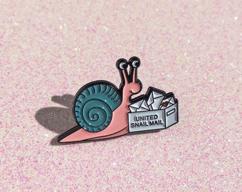 Snail Mail - broche émail escargot, broche escargot, jolie broche, broche courrier escargot, amant de calligraphie, Epinglette pin, pin, HibouDesigns