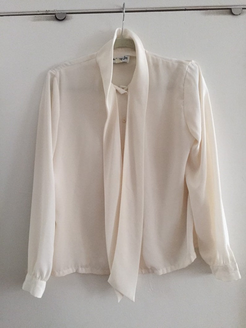 Didnt jane fonda wear this vintage white bow shirt in the 1980s movie 9 to 5?