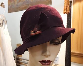 1920s, size 22, dark burgundy felt hat