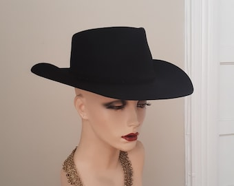 1980s. Size 6 3/4, black molded heavy fur felt hat with braided suede leather band