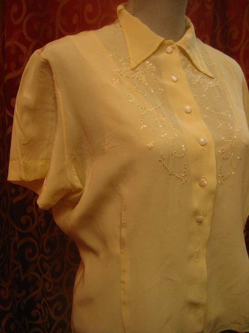 cream colored rayon crepe blouse 1950/'s 42 bust with embroidered top front