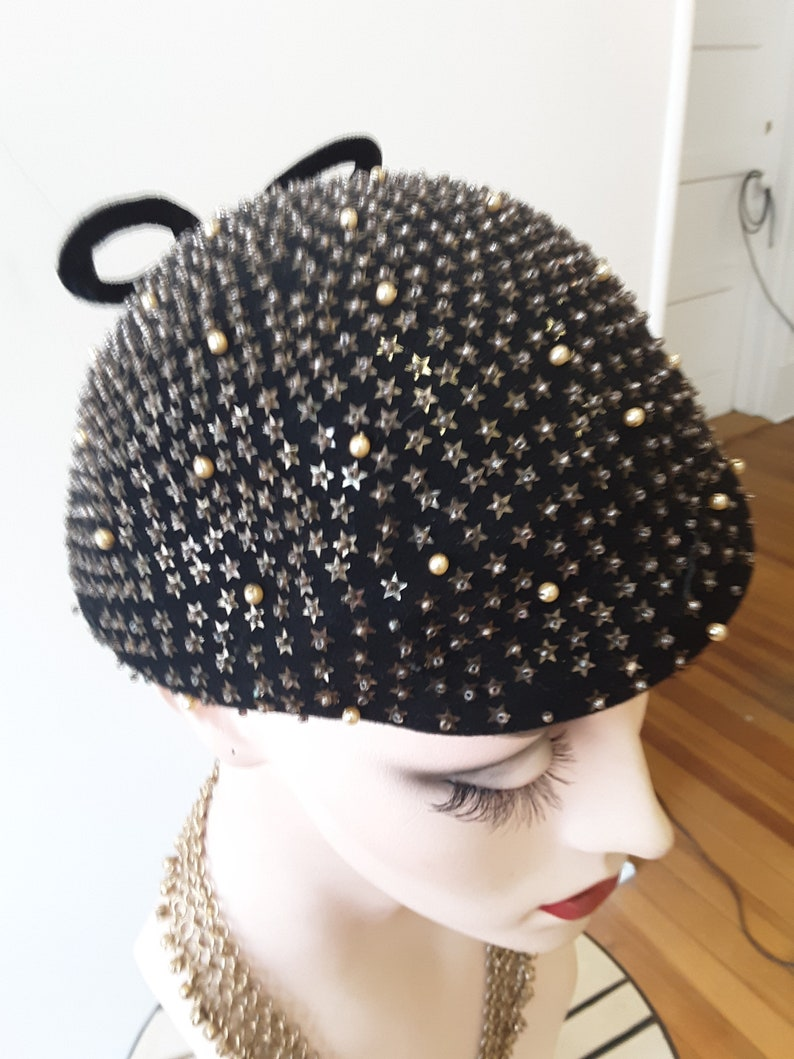 size22 1950s brown felt beret with small pearl beads and star shaped sequins covering entire hat