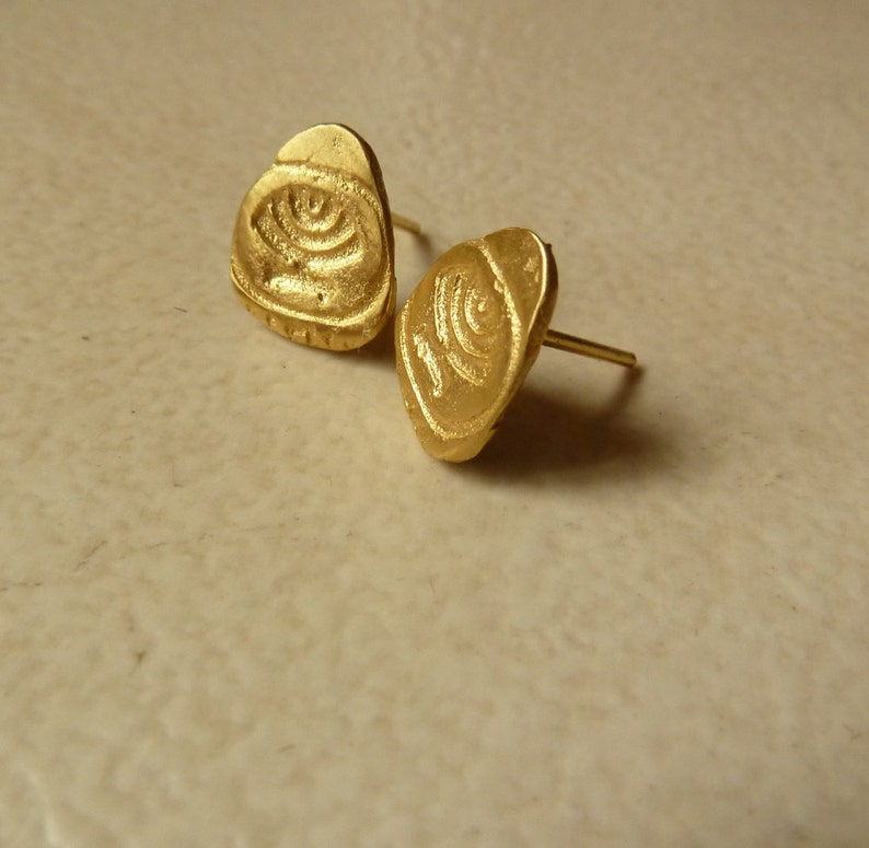 unique and modern jewish jewelry made in Israel. puset earrings for men and women Gold stud post earrings