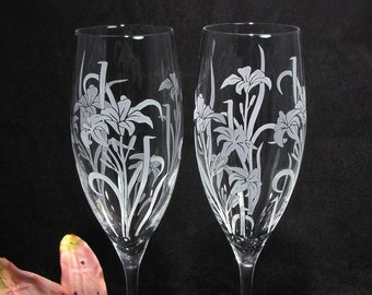 NEW 2 Crystal Champagne Flutes, Personalized Stargazer Lily Floral Wedding Champagne Glasses, Toasting Gift Bride and Groom