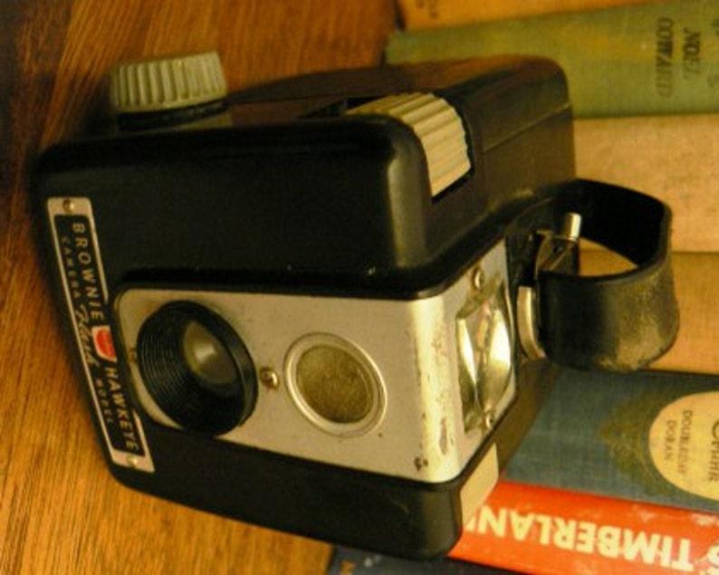 vintage camera     KODAK BROWNIE HAWKEYE 1 of 2     fun collector find