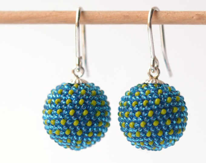 globe earrings blue with dots in violet