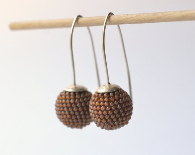 globe earrings brown