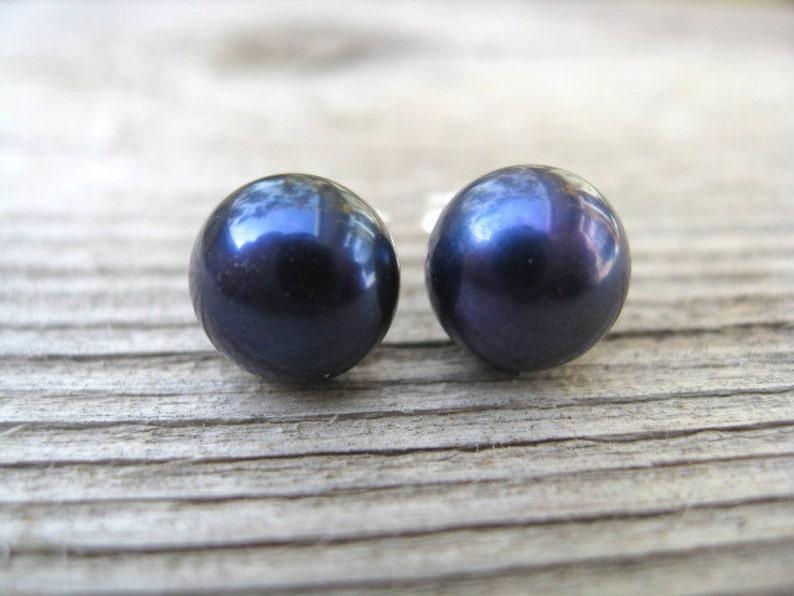 navy blue pearl earrings. June birthstone jewelry. 7mm pearl image 0