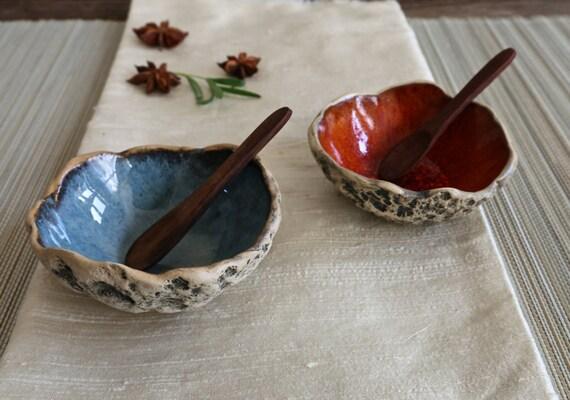 Bol rouge épice | Bol à la main avec une cuillère | Bol en faïence | Anneau de bol | Bol de Sauce de soja | Bol de sel | Petit bol de majolique