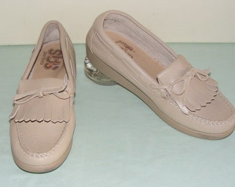 f0eadfed7d176d 8 Narrow 8N Vintage SAS Loafers Beige Leather Hand Sewn Kiltie Loafer Shoes  Cobbler Made in the U.S.A. Soft Step Heel Rubber Wedge Sole