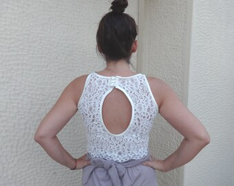 CROP TOP O-Shaped Open Back/Cut Out Back/ Robe de Mariée/Scalloped Cream Lace Sleeveless Halter Style with Satin finishes