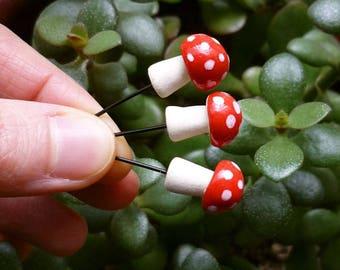 Trois Mini rouge et blanc tacheté champignons en céramique - décoration champignon en céramique à la main pour les terrariums et les plantes en pot